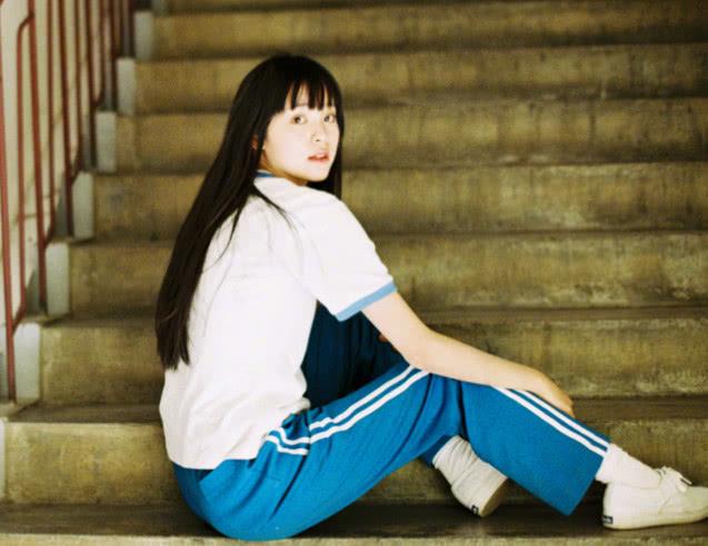 欧阳娜娜新照曝光,白色校服配刘海尽显满满的校园风图片