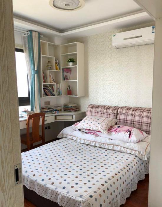这边是次卧,基本上和主卧室的风格雷同,只是窗户下面的飘窗换成了书桌