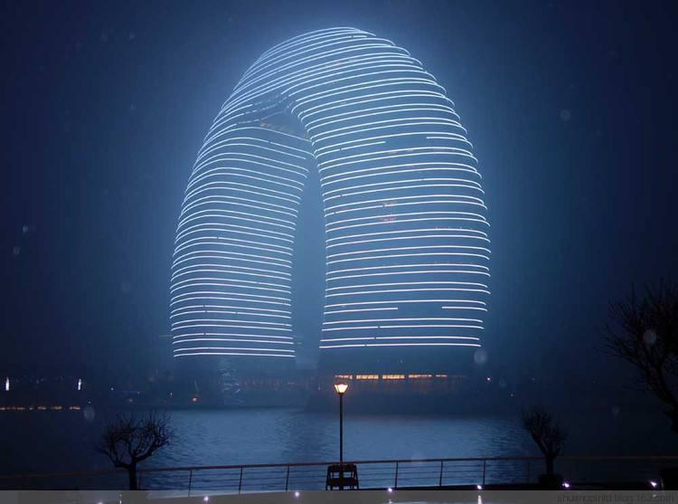 太湖之滨的湖州喜来登度假酒店,国内第一家七星级酒店,黄昏时分