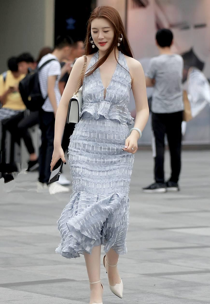 街拍:图4穿连衣裙高跟鞋的小姐姐,惊鸿一瞥楚楚动人