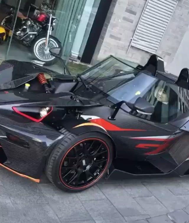 这款跑车100多万,车顶都没有,最怕下雨,冬天出门冷的受不了