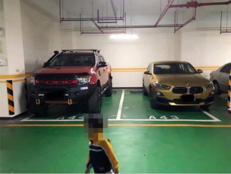 内行人才懂 两辆名车惺惺相惜停车法让网友赞爆