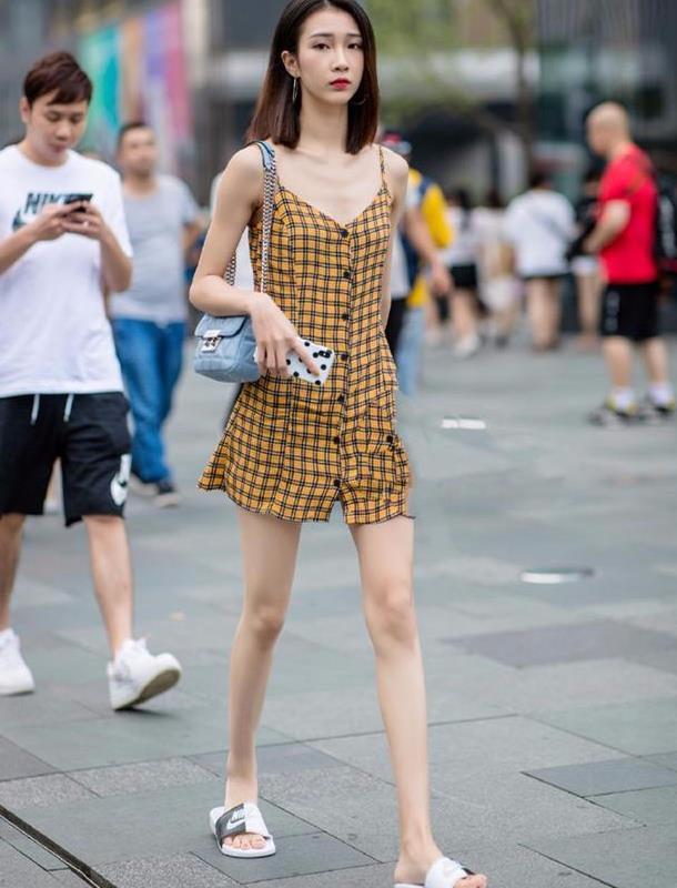 街拍:小姐姐脚心白皙身材丰满,是人见人爱的皮肤美女美女痒搔痒图片