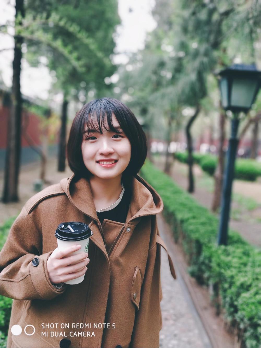 想搞懂AI双摄是什么, 看这位女生的照片就明白