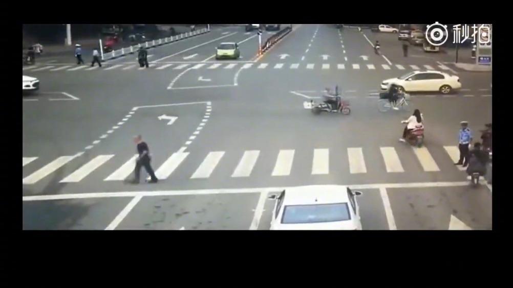 电动车无视交警闯红灯,惨遭小轿车猛烈撞击,监控拍下这惨烈一幕 全球汽车 ...