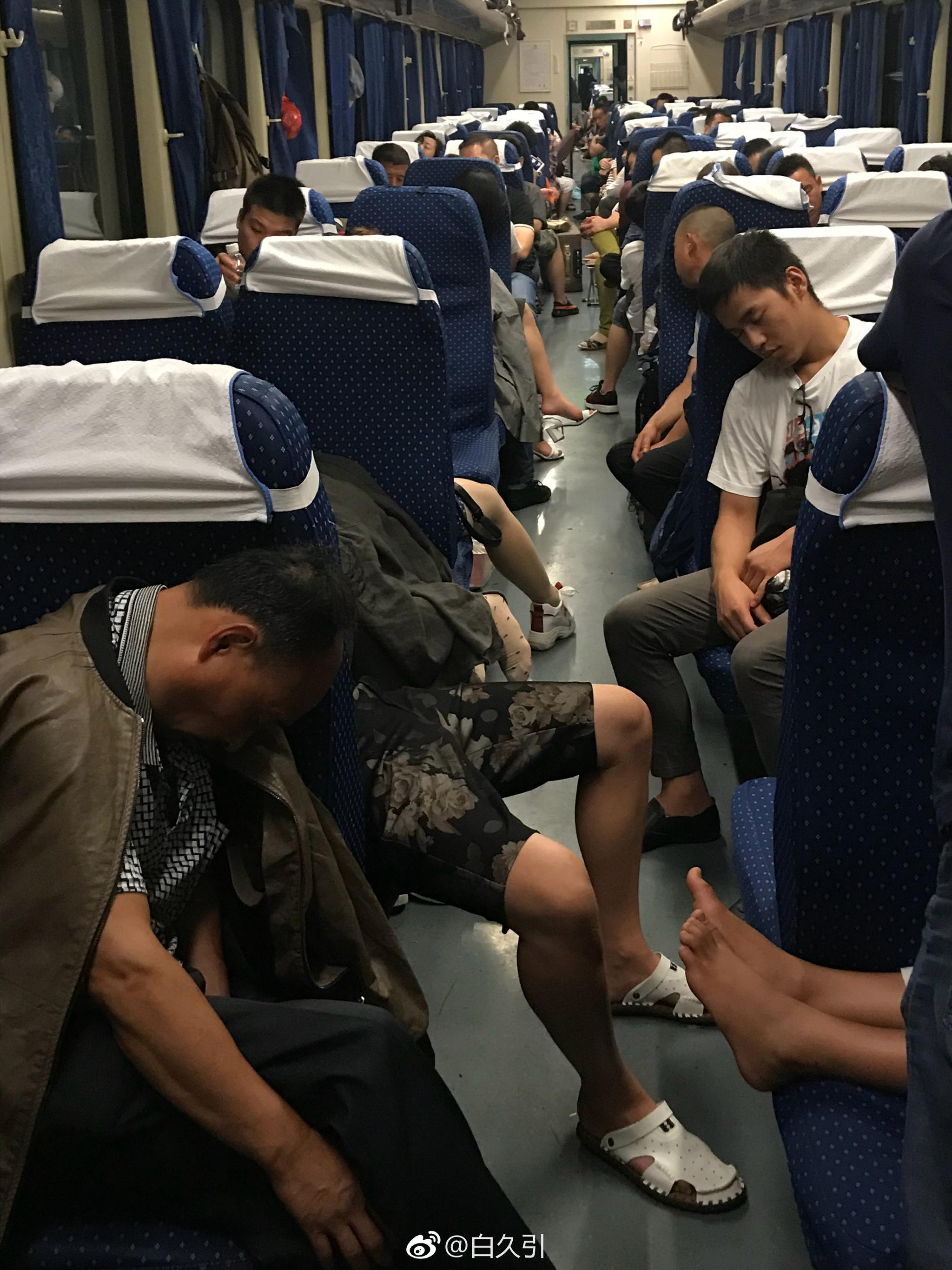 翻了翻之前在长途火车上拍的照片 所有旅客朋友们都像