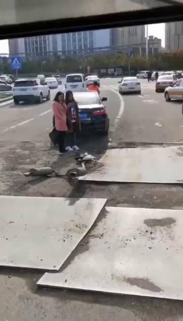 视频:一辆奔腾b70过钢板路面把排气管带出来了