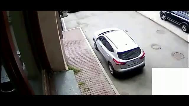 女司机正在倒车,旁边的大叔突然发现不对劲,监控里的画面让人无
