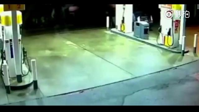 SUV失控直接冲进加油站,监控拍下这揪心一幕