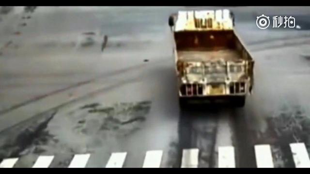 大货车缓慢行驶,男子骑车闯红灯,另一个可没有那么好脾气