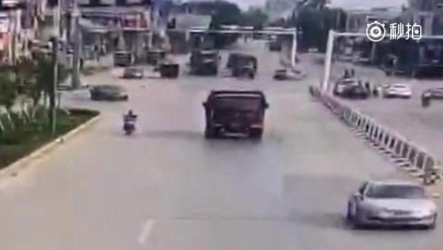 二轮车与货车抢道,结果被货车 撞 倒 碾 压!请远离大货车。