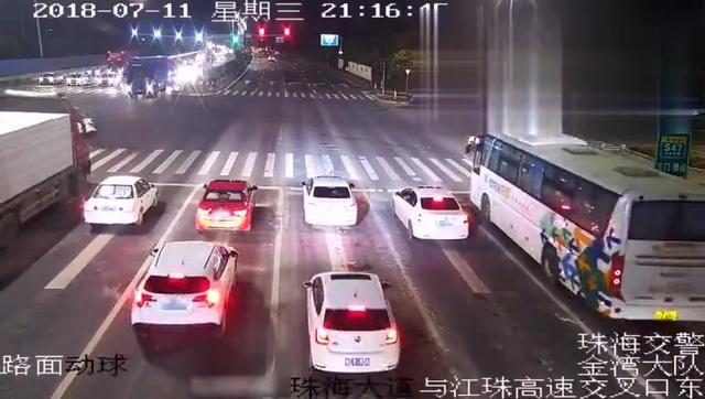 货车红灯竟不刹车 一脚油门致5车相撞 雪佛兰瞬间被夹扁