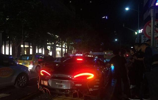 谢霆锋酒吧门口来了辆迈凯伦570S,车子不是用开的,是用托的