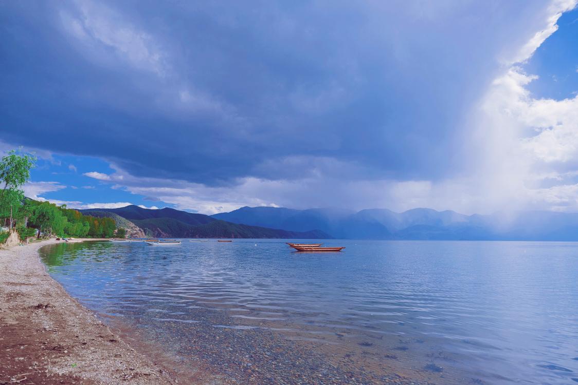 今晚睡前 再看看泸沽湖的风景吧.
