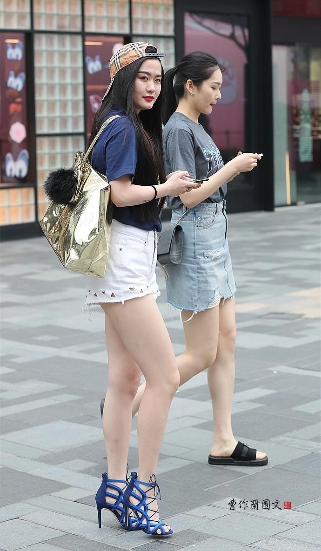 街拍美女�z(�y��9n�_街拍:美女穿这样的高跟鞋,更迷人