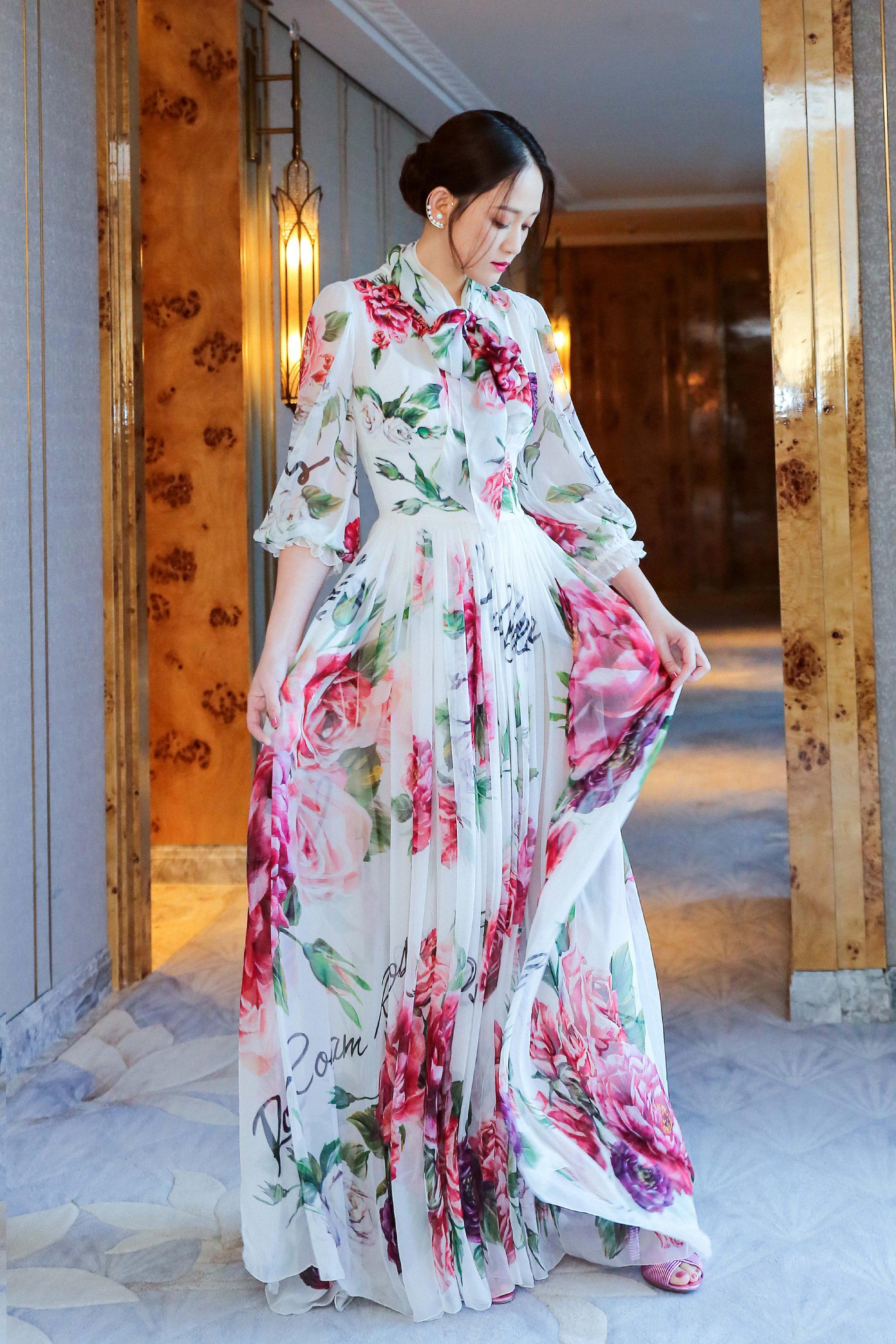 陈乔恩身着一袭印花束腰纱裙,眼神温柔优雅迷人,白色珍珠耳环吸睛