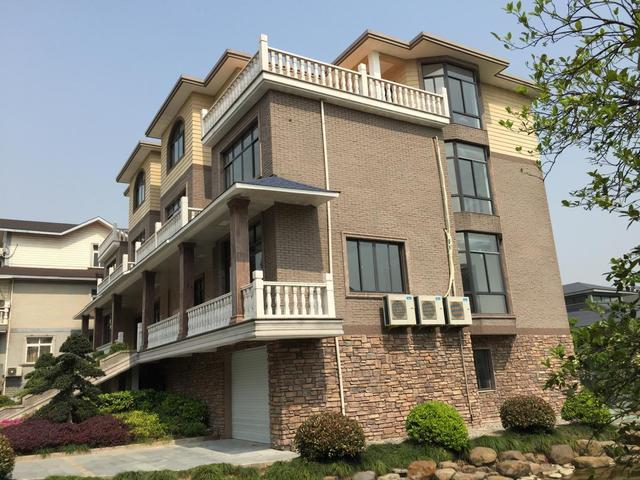家里自建房外墙万万别贴瓷砖了,现在流行这种设计,美观又环保