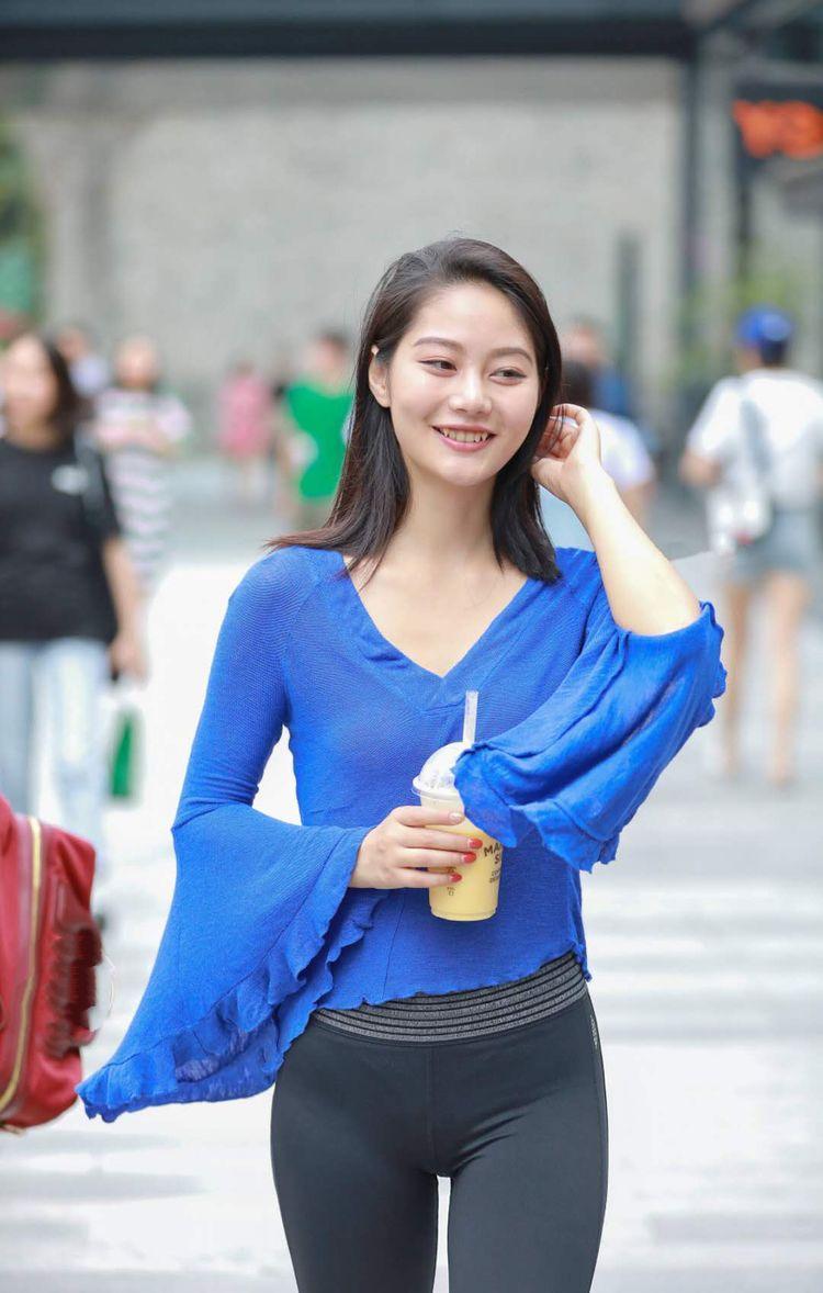 街拍: 越来越多的美女喜欢穿紧身裤, 塑身形显身材好性感!