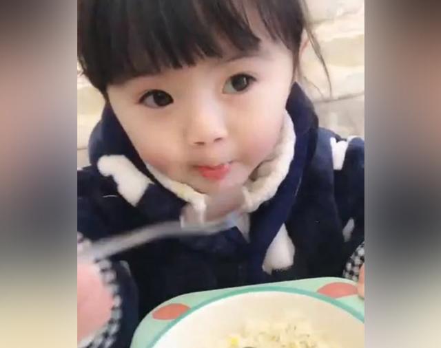 3岁的大眼睛宝宝抄起勺子, 大口大口地吃饭, 真是太萌