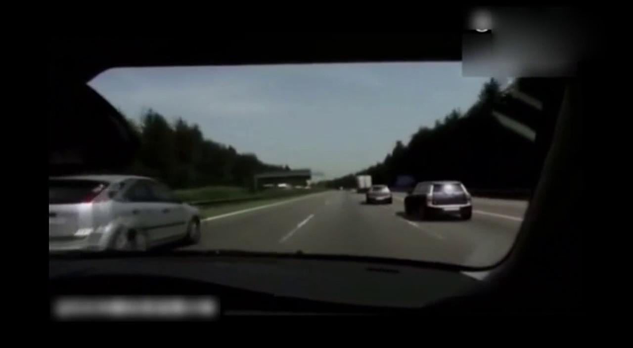 宝马MINI高速飙车,刚想说你咋不上天呢,然后就上天了