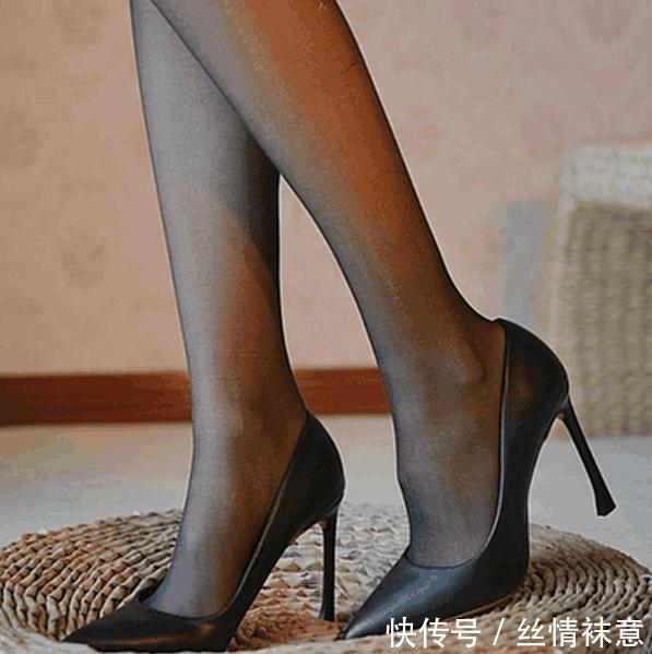 高跟鞋带来脚部的一丝清凉, 行走变得更加从容 高跟鞋无论天气有多热,我们的双脚依然是凉快的,凉鞋们大行其道的日子来了。鞋子的造型很别致,精致有档次,穿起来瞬间变了一个人。时尚的特色更加的耐人寻味,谁能不喜欢呢让你行走更从容,精致的圆头设计搭配镂空一字带,更好的修饰双脚,让双脚纤细迷人,牛皮光滑光泽,质地柔软,舒适,显示档次,独特的镂空设计,花朵绽放,舒适透气,提升鞋面上层,优雅时尚,柔软的羊皮脚,耐磨、抗滑肌腱。