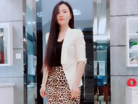 女人豹纹短裙搭肉色丝袜,30多岁仍风韵犹存