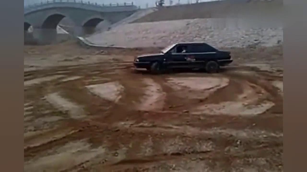 """厉害了!桑塔纳玩""""耕地"""",这一定不是自己的车"""