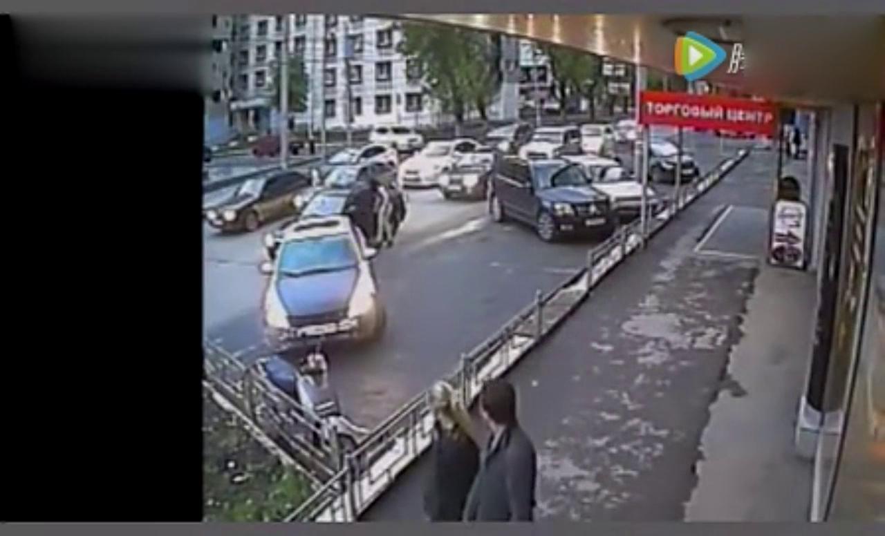 女司机倒车时撒泼找事,遭奔驰哥暴揍一顿