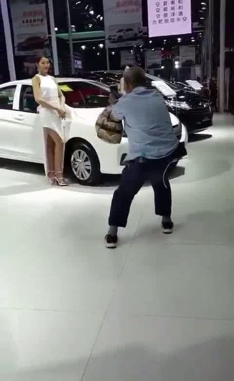 车展上大爷给车模拍照姿势销魂,车模都被逗笑了  ?