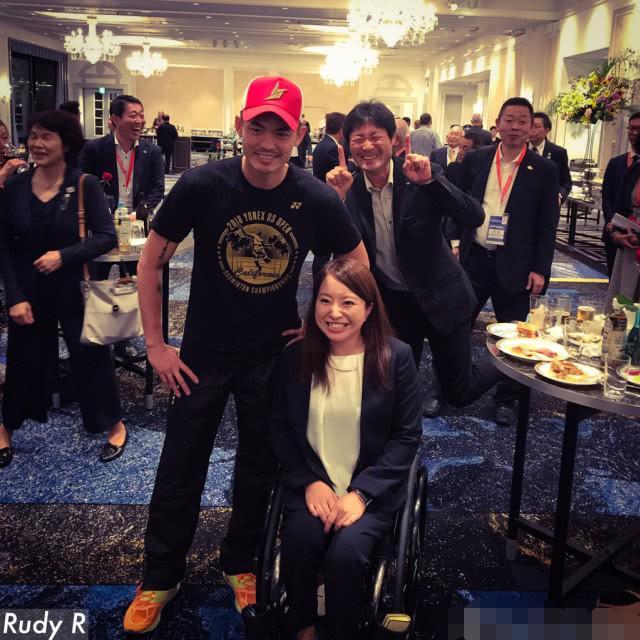 林丹在日本参加欢迎派对人气爆棚,遭陌生男子做出奇怪手势蹭合影
