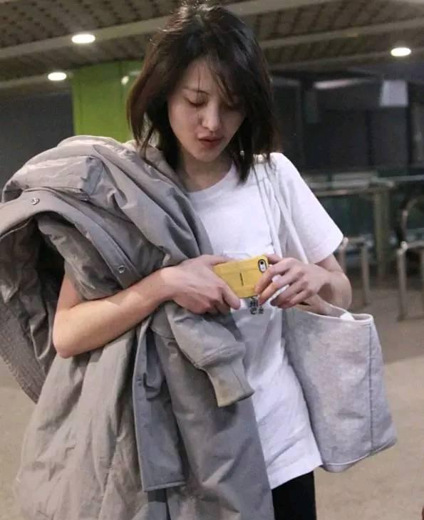 郑爽亮相商场,灰头土脸形象全毁,女神私下邋遢的太不图片
