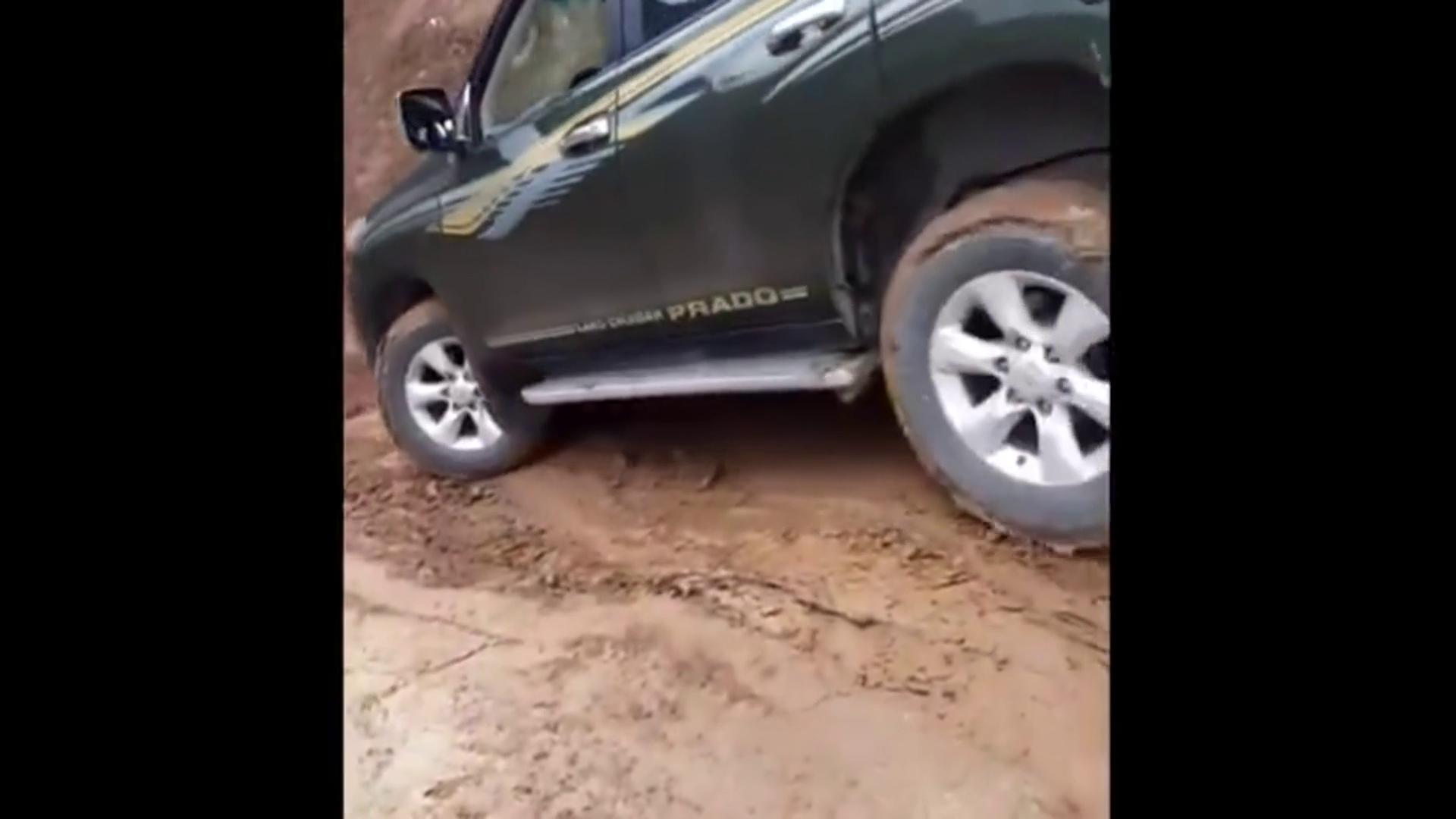 车主被朋友坑惨,普拉多40下坡直接滑下去了,这还能上的来吗