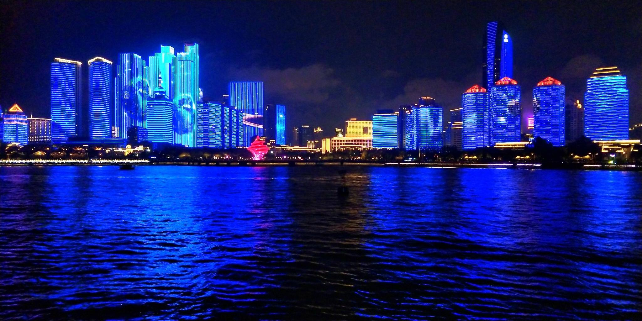 刚发了青岛奥帆中心的视频秀灯光,好多人表花生榨油视频图片