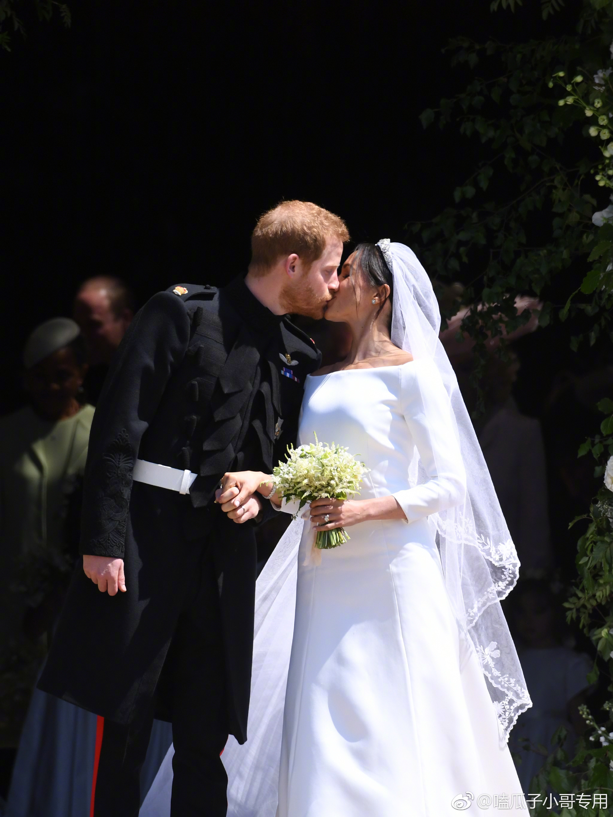 英国戴安娜王妃的小儿子哈里王子今天结婚,婚礼现场的