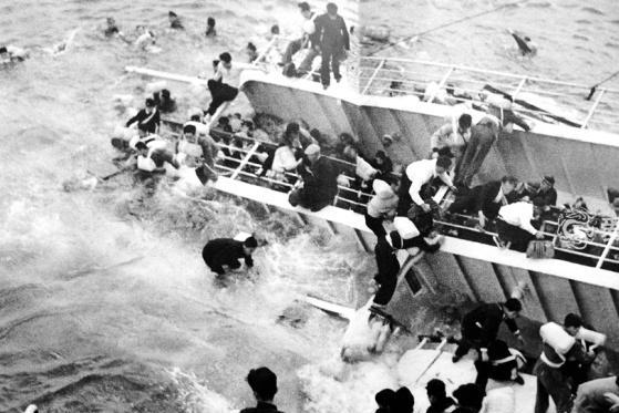 满载学生的日本客轮碰撞沉没现场照 168人死亡酿战后最大海难