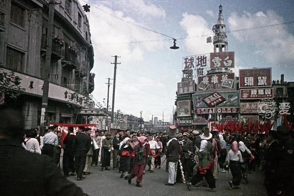 市民簇拥人民军队进入上海的珍贵彩照 欢庆解放战争的伟大胜利