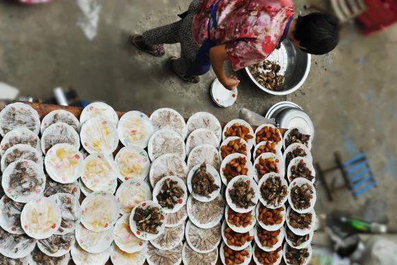 河北乡村喜事习俗:铁锅炖大鱼炖大肉,啤酒降温靠水桶