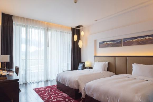 西藏首家设有私人影院的酒店,背靠喜马拉雅山脉,面朝雅鲁藏布江