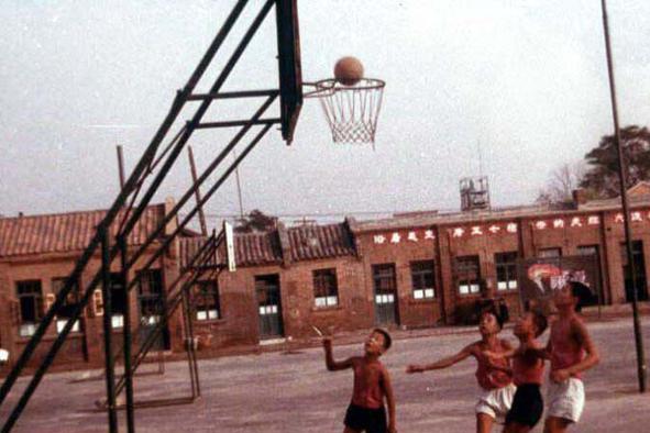老照片:70年代外宾镜头下的中国儿童 涂腮红拿塑料花热烈欢迎