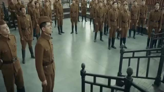 军方要对烈火军校的学员搜身,谢襄紧张,顾燕帧着急