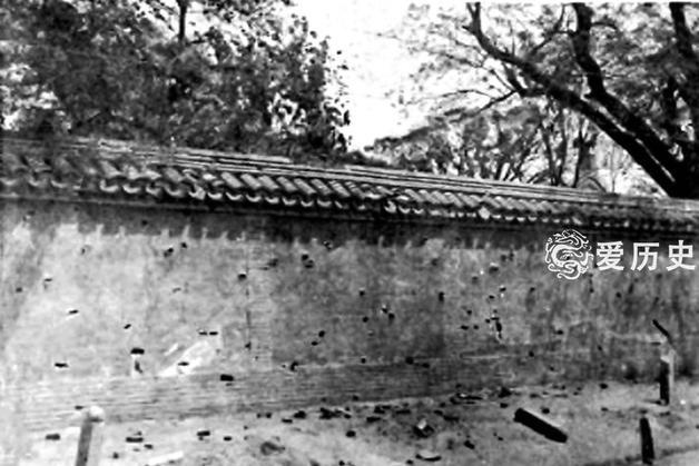 老照片:清末残垣断壁布满弹孔的北京城 雨天摔一跤能恶心三天