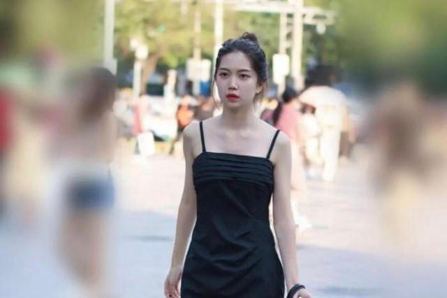 穿着瑜珈裙衬托完美腿型有气质,造型简洁,充满年轻的时尚美