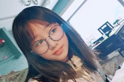 吴启华12岁女儿近照曝光,端庄文静模样清秀,传每月零用钱20万