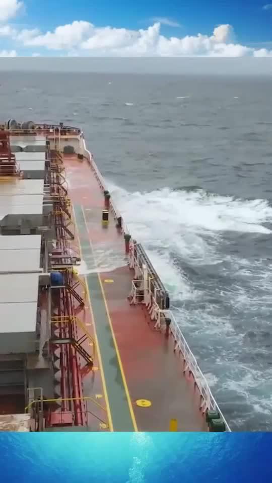 实拍轮船航行深海,甲板上都是大浪拍的海水,深海恐惧症慎入!