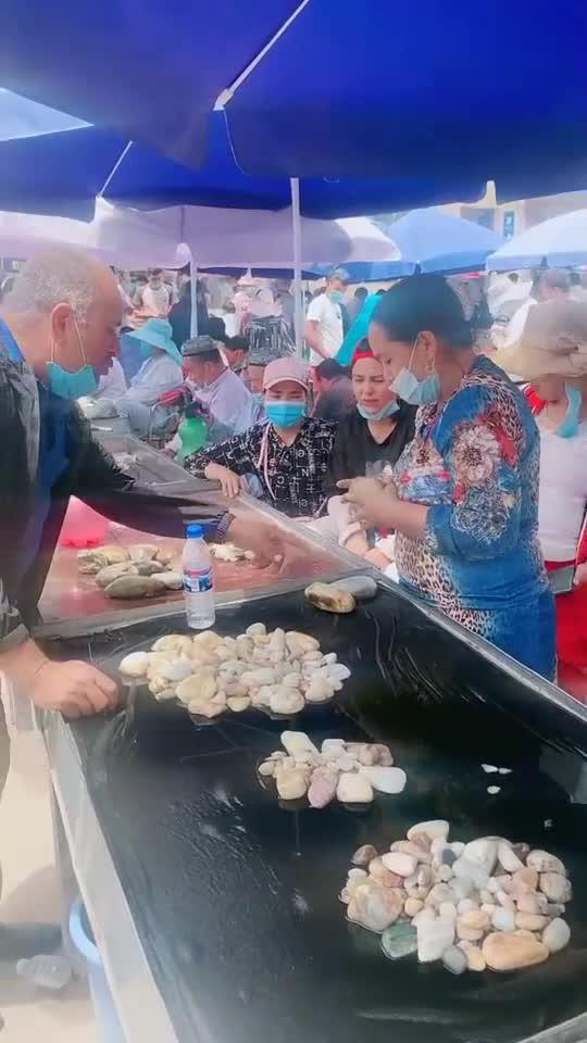 新疆街边看到和田玉玉籽,拿到手里的一瞬间,真担心被坑了!