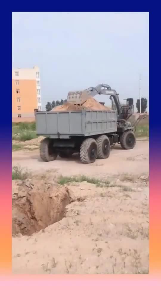 司机这技术真厉害,差一点就倒进坑里了,真替他担心