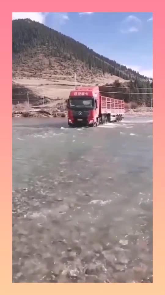 大卡车竟然直接开过去了,不愧是老司机,高手在民间