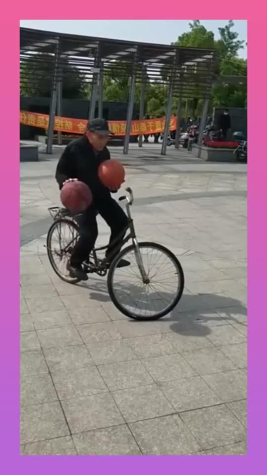 大爷还是你大爷,骑着自行车打篮球,蔡徐坤都不敢这么玩