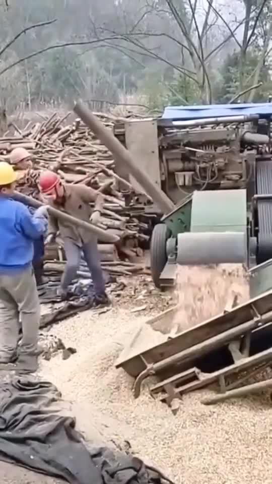 无论多么粗壮的木头,经过这个机械加工后,都会变成碎渣渣...