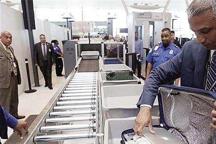 浦东机场发现一批可疑美国人,海关拦截开箱后:美国脸都丢光了